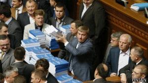 Янукович опублікував послання і поїхав у відрядження