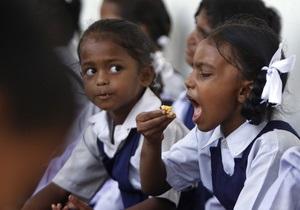 Директору школы в Индии, где  умерли от отравления 23 ученика, предъявили обвинения в убийстве