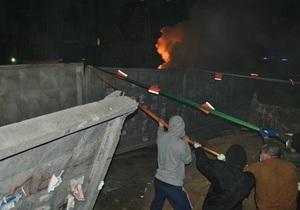 Киевляне разрушили забор незаконного строительства на улице Жилянской