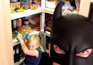 Мой папа - Бэтмен. Американец в маске супергероя стал звездой интернета