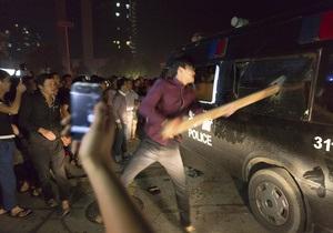 В Китае тысячи протестующих после наводнения атаковали мэрию