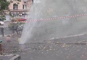 новости Киева - прорыв трубы - фонтан - вода - В центре Киева из-под земли бьет фонтан кипятка