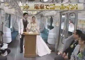 В Японии пара поженилась в городской электричке