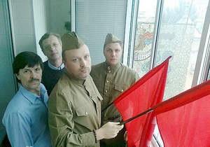 Четверо активистов развернули красные флаги перед участниками марша УПА в Киеве (обновлено)