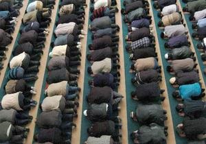 Мусульмане собираются у мечети в Москве на празднование Курбан-байрама