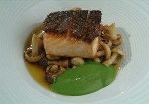Блюда из семги - рыбный день - блюда из рыбы - Рецепт хрустящей семги с черемшой и грибным соусом от повара Свена Эрика Ренаа