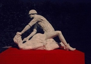 В Гданьске демонтировали скульптуру советского солдата, насилующего польскую женщину