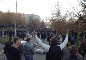Беспорядки в Москве: в ОМОН полетели бутылки, камни, палки и металлические урны