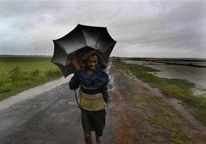 Обрушившийся на Индию ураган теряет силу