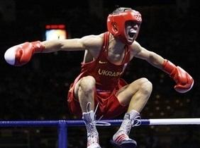 Украинский боксер Ломаченко выиграл нокаутом свой первый профессиональный бой