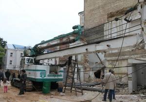 Киевляне снесли забор вокруг стройки на месте разрушенного особняка Грушевского