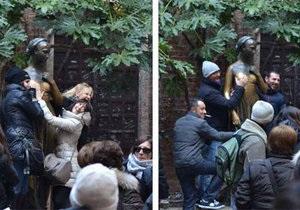 У статуи Джульетты в Вероне изменилась форма груди из-за прикосновений туристов