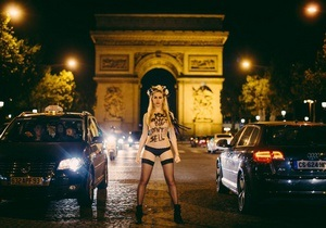 Фотогалерея: Ты не покупаешь, я не продаю. Активистки Femen провели ночную фотосессию в Париже