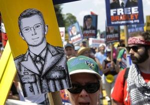Мэннинг не считает себя пацифистом, предпочитая оправдание военных операций США
