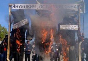 Янукович, останови сына: в Крыму разгневанные пайщики в знак протеста сожгли автомобиль