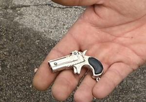 Новости США: Американского школьника отстранили от занятий из-за игрушечного пистолета