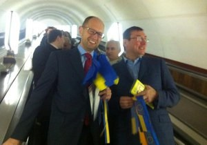 новости Киева - евроинтеграция - Луецнко - Яценюк - Пошли в народ. Яценюк и Луценко агитировали за евроинтеграцию в киевском метро