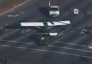В Калифорнии легкомоторный самолет сел на оживленное шоссе