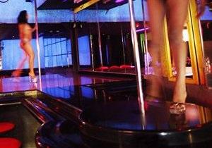 Чебаркульские танцовщицы. Уральских стриптизерш, танцевавших с флагом России, хотят заставить мыть вокзальные туалеты