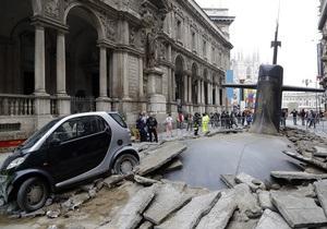 Фотогалерея: Приплыли. Огромная подлодка проломила асфальт в центре Милана