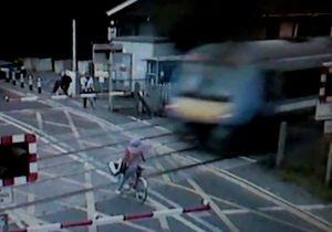 Новости Великобритании - странные новости: Полиция разыскивает избежавшую столкновения с поездом британку на велосипеде, чтобы рассказать ей о ПДД