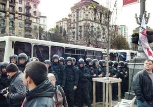 Беркут оттеснил митингующих с проезжей части Крещатика
