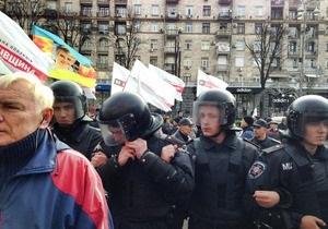 Митингующие у здания Киевсовета перекрыли Крещатик, неизвестные зажгли дымовые шашки