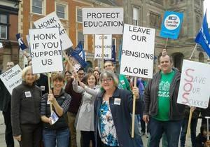Тысячи школ в Великобритании закрыты из-за забастовки учителей