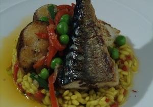 Рыбный день. Рецепт паэльи с сельдью, скумбрией и кальмарами от повара Свена Эрика Ренаа