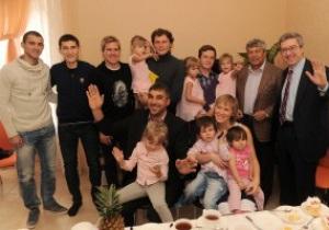 Тренер и игроки Шахтера купили дом многодетной семье в Донецке