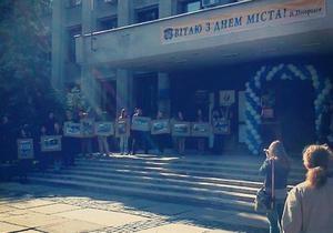 новости Ужгорода - В День города под мэрией Ужгорода избили журналиста и общественную активистку - СМИ
