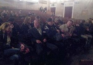 новости Киева - нападение - Открытый доступ - В Киеве неизвестные атаковали показ фильма о Межигорье - УП