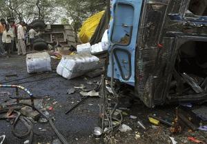 В Индии пассажирский автобус рухнул в ущелье, десятки погибших