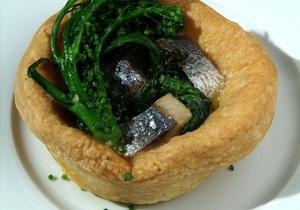 Рыбный день. Рецепт пирога с сельдью и шпинатом от повара Свена Эрика Ренаа