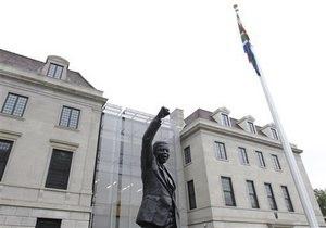 Нельсон Мандела - здоровье Манделы: В Вашингтоне открыли монумент Нельсону Манделе