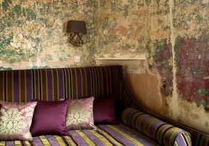 Броские обои и затертый паркет. Шарм старой Англии в интерьере лондонской гостиницы