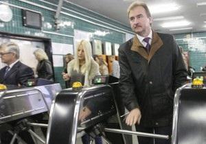 Без портфеля и охраны: Попов приехал на работу на общественном транспорте