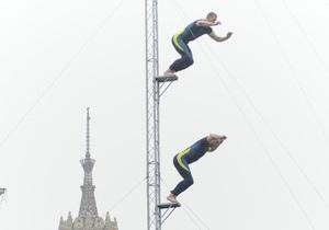Экстрим на Майдане. Украинские хайдайверы показали прыжки с высоты 25 метров