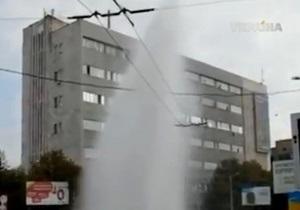 В Кировограде из-за прорыва теплотрассы из-под земли забил 20-метровый фонтан