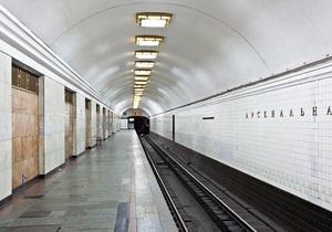 Падение человека на рельсы спровоцировало сбой в работе самой загруженной ветки киевского метро