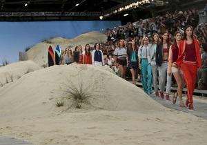 Томми Хилфигер привез тонны песка на Неделю моды в Нью-Йорке