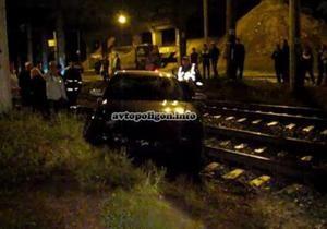 В Киеве автомобиль вылетел на железнодорожные пути, едва не попав под товарняк