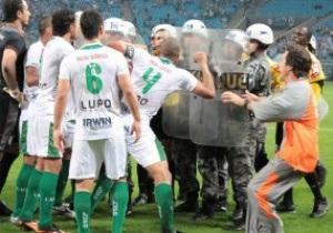 Бразильский арбитр вызвал полицию на поле для защиты от футболистов