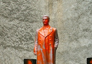 В Грузии спорят, очищать ли от краски памятник Сталину