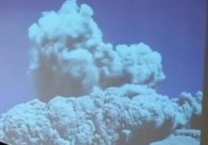 В Перу вулкан изверг пепел из-за снега - видео