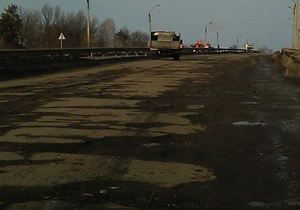 новости Черновицкой области - дороги - ремонт дорог - Под Черновцами местные жители перекрыли трассу, требуя ремонта дорог