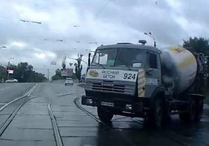 новости Киева - В Киеве машина скорой помощи столкнулась с КамАЗом