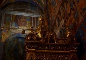 В России судебным приставам из-за сопротивления прихожан не удалось вынести из храма мощи