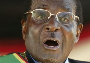 В Зимбабве мужчину судят за использование портрета Мугабе в качестве туалетной бумаги