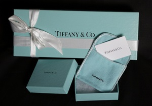 Любовь китайцев к роскоши повысила годовой прогноз Tiffany